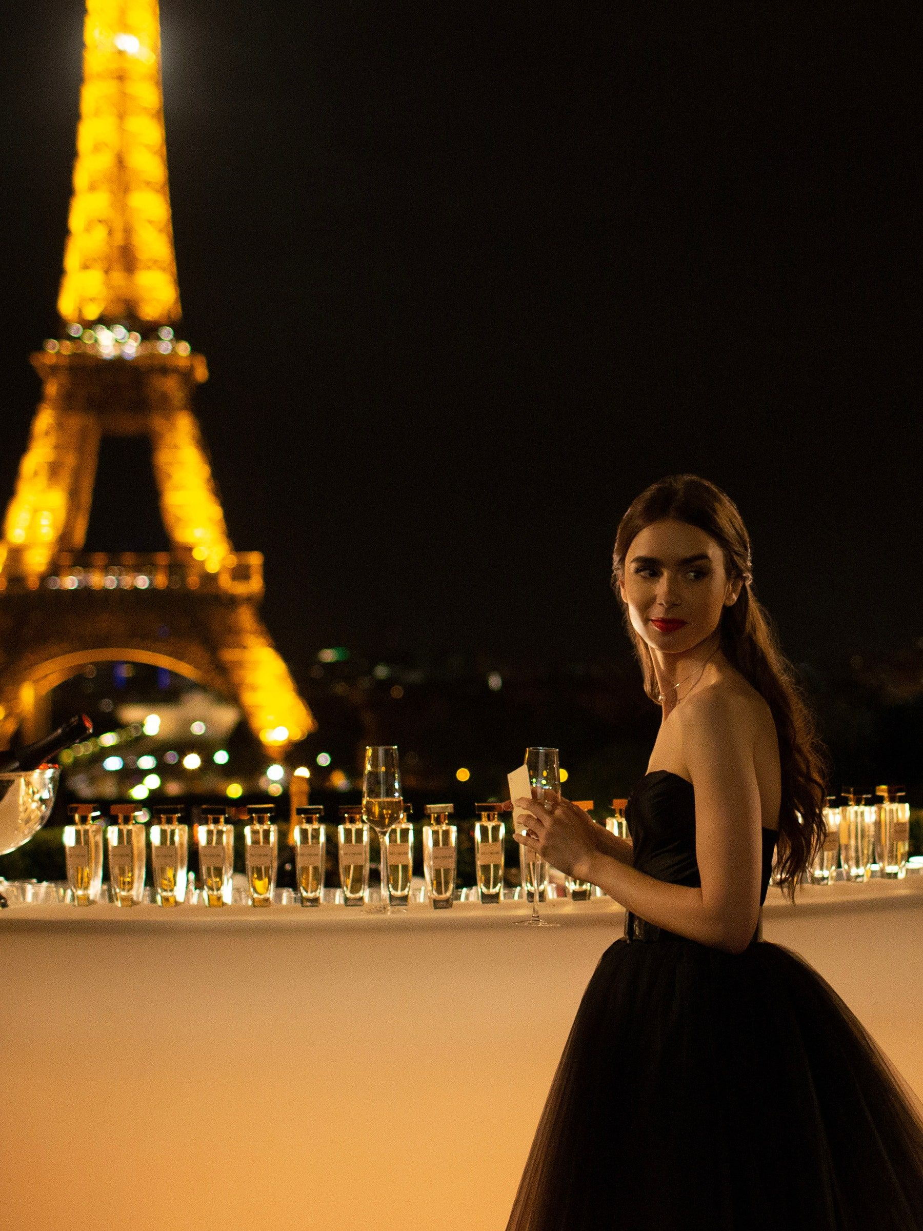 Lily Collins Stars in the Netflix Romantic Comedy Emily in Paris - Picture ??????